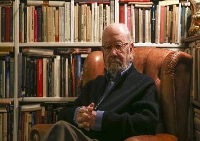 الروائي والشاعر الإسباني خوسيه مانويل كاباييرو