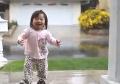 بالفيديو.. طفلة ترى المطر للمرة الأولى يحصد ملايين المشاهدات في ساعات