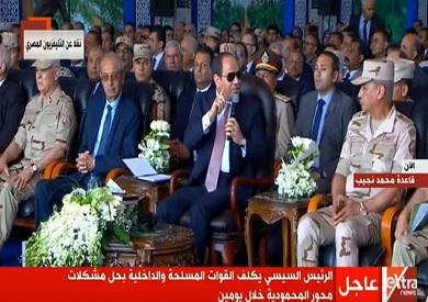 السيسي أثناء افتتاحه لمشروع الصوب الزراعية بقاعدة محمد نجيب العسكرية