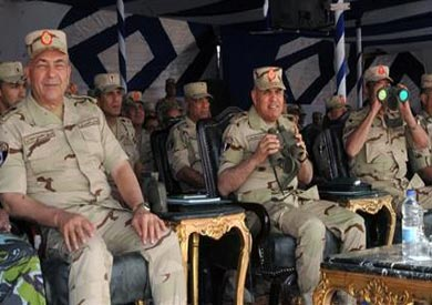 وزير الدفاع يشهد البيان العملي بالذخيرة الحية لصور نيران المدفعية