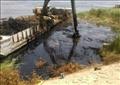 تطهير آثار بقعة المازوت في مياه النيل بأسيوط