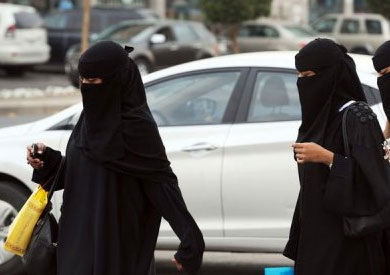 إبلاغ ولي المرأة السعودية بتحركاتها أصبح اختياريا  - أرشيفية