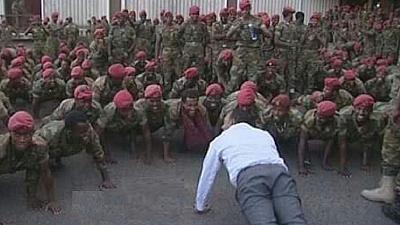 أبي أحمد مع الجنود