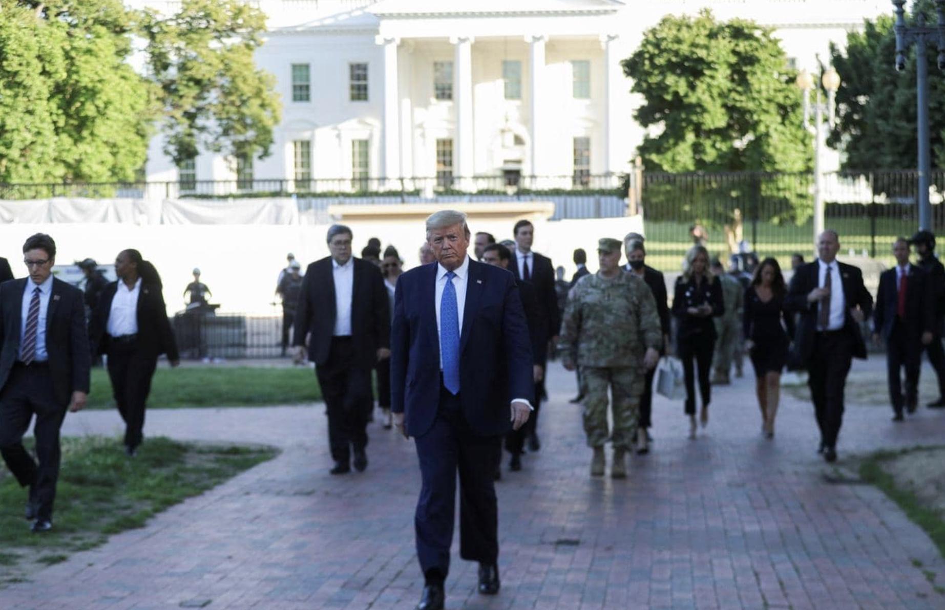 ترامب يغادر البيت الأبيض مترجلا وسط مظاهرات ضد العنصرية