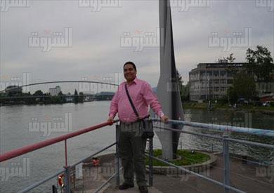 محرر الشروق أمام النصب التذكاري الذي يشير كل سهم فيه الي بلد من البلدان الثلاثة والمقام على الأراضي السويسرية