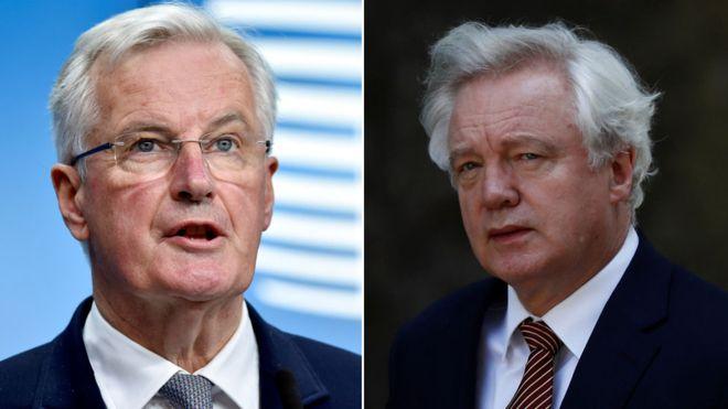كبير مفاوضي الاتحاد الأوربي ميشيل بارنييه (يسار) والوزير البريطاني المكلف بعملية الخروج من الاتحاد الأوربي ديفيد ديفيس (يمين)