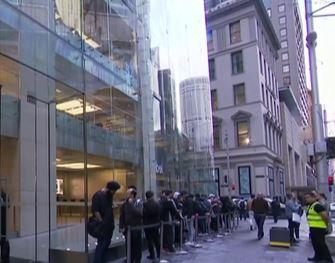 عشاق آبل يخيمون أمام متاجرها في أستراليا