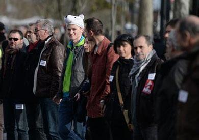 سلسلة بشرية في باريس للتنديد بحالة «الطوارئ المناخية»