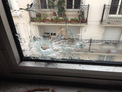 جانب من حادث الهجوم المسلح التي تعرضت له الصحيفىة اليوم