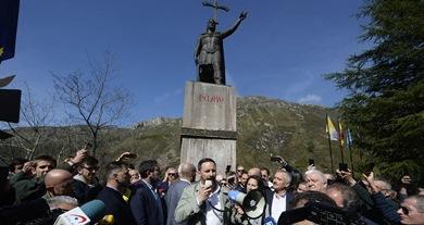 زعيم حزب فوكس أمام تمثال الملك بيلايو المنتصر على المسلمين