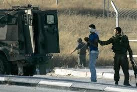 قوات إسرائيلية تعتقل فلسطينيين اثنين من غزة لاجتيازهما السياج الحدودي بين الجانبين