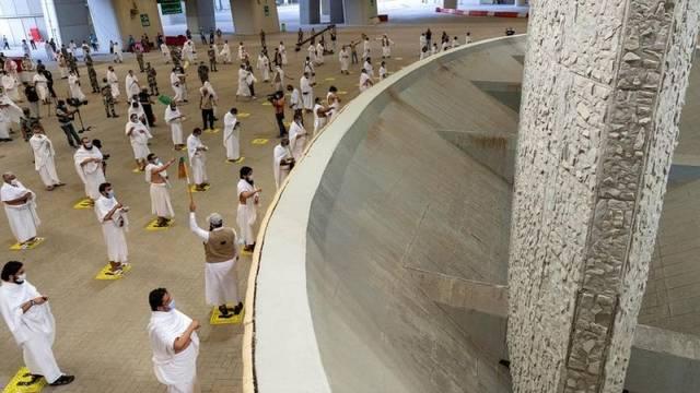 حجاج بيت الله الحرام في ثان أيام التشريق يبدأون رمي الجمرات الثلاث