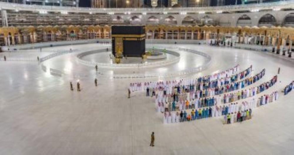 الحجاج يتوافدون إلى المسجد الحرام لأداء طواف الوداع