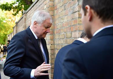 وزير داخلية ألمانيا يضع إكليلا من الزهور