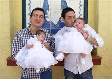 زوجان مثليان يتبنيان طفلة