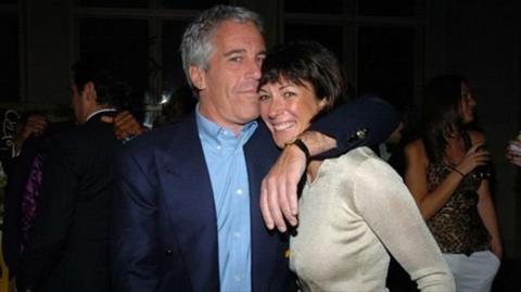 جيفري إبستين وغيلين ماكسويل عام 2005 في نيويورك