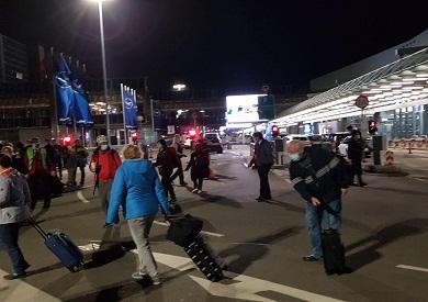 ازدحام الركاب خارج مبنى 1 بمطار فرانكفورت - خاص الشروق