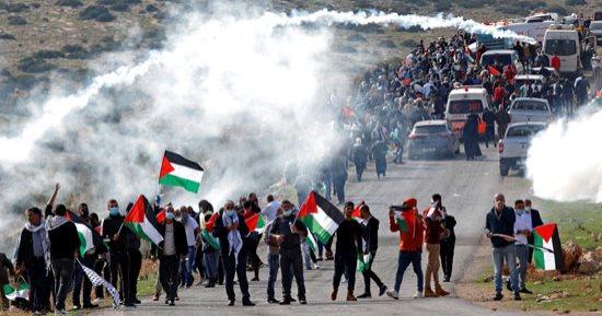 إصابة 8 فلسطينيين بالرصاص والعشرات بالاختناق جراء قمع مسيرة في قلقيلية