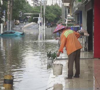 وفاة 12 شخصا على الأقل وحصار المئات داخل أنفاق شبكة مترو بعد فيضانات عارمة في الصين