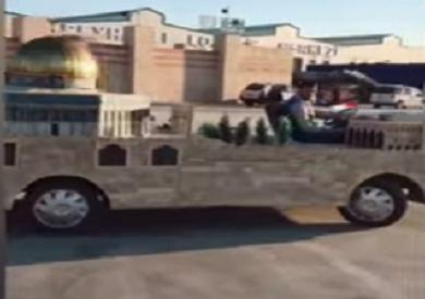 بالفيديو.. فلسطيني يقود مركبة على شكل مجسم للمسجد الأقصى