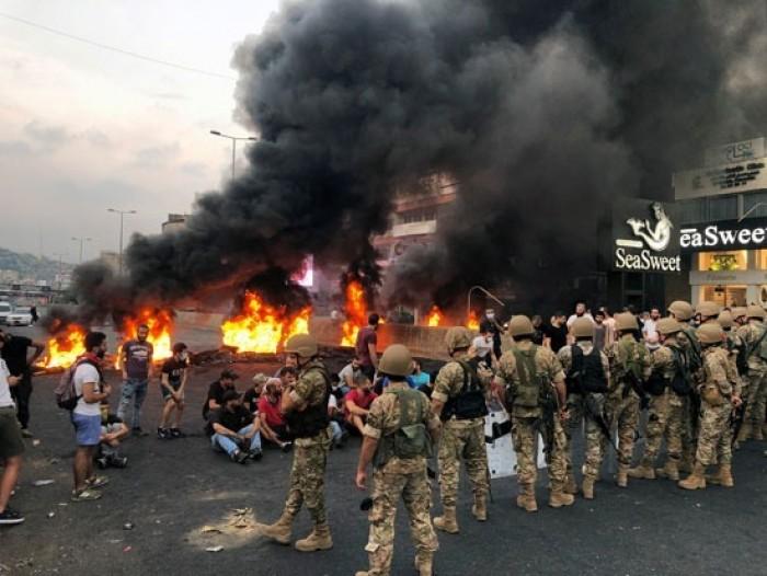 محتجون يقطعون طرقات في عدد من المناطق اللبنانية احتجاجاً على تردي الأوضاع المعيشية
