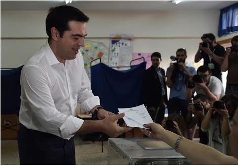 رئيس وزراء اليونان يدلي بصوته في الاستفتاء