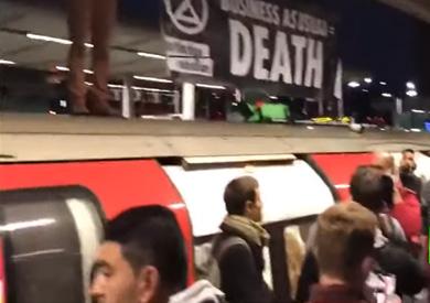 نشطاء تغير المناخ يعطلون القطارات بشرق لندن