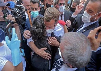 رئيس فرنسا يحتضن لبنانية فى لفتة إنسانية