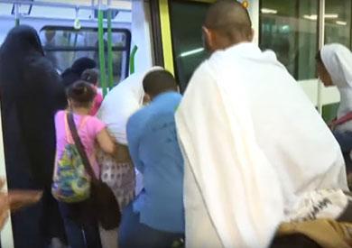 الحجاج أثناء صعود القطار