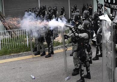 شرطة هونج كونج تعتقل 5 أفراد لتوزيعهم «منشورات محرضة»