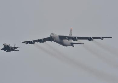 قاذفتي قنابل B-52