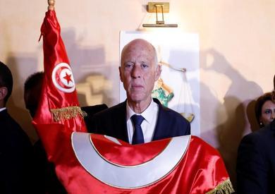 رئيس تونس المنتخب قيس سعيد يقبل علم بلاده