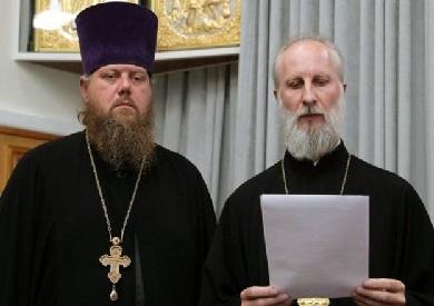 قساوسة الكنيسة  يمررون حكما على القس المتمرد