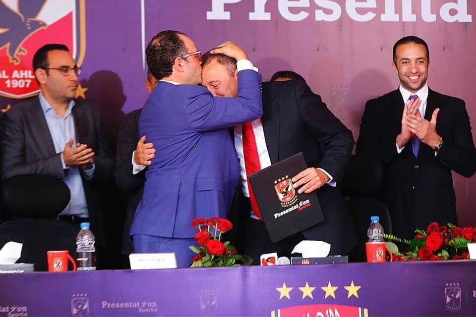 صورة - رئيس برزينتشن يقبل رأس الخطيب