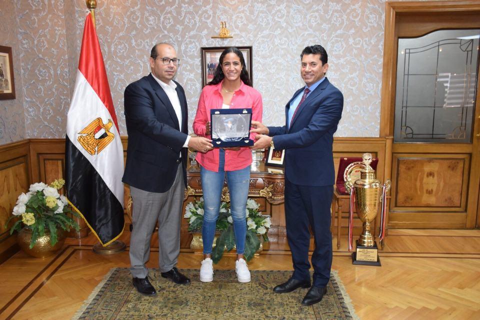 هانيا مورو تتوسط وزير الشباب والرياضة ومساعد الوزير