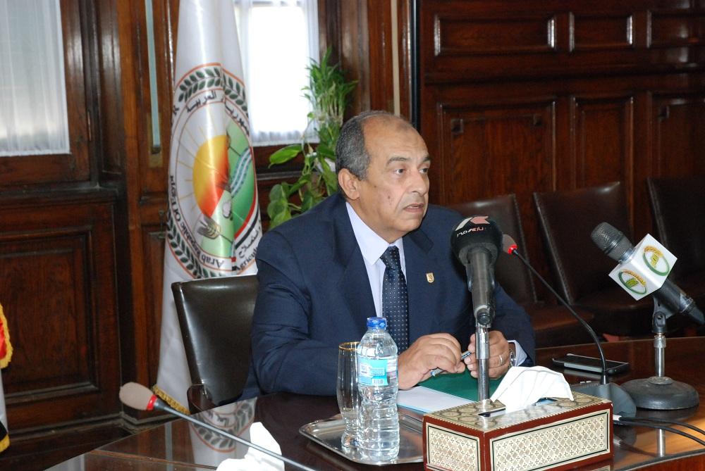 وزير الزراعة الدكتور عز الدين أبوستيت