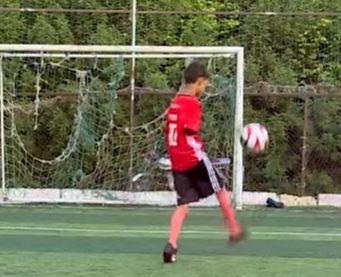 طفل يحترف كرة القدم رغم فقدان ذراعيه