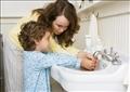 الأطفال يغسلون أيديهم