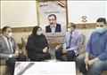 رئيس جامعة سوهاج يسلم هدية الرئيس السيسي إلى أسر شهداء الأطقم الطبية